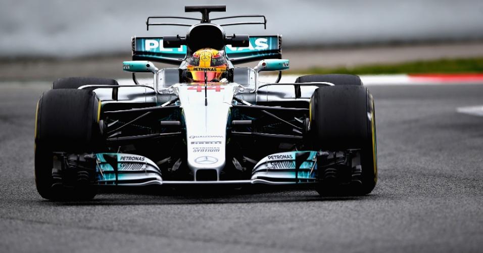 Lewis Hamilton testa uma asa dupla em sua Mercedes na pré-temporada
