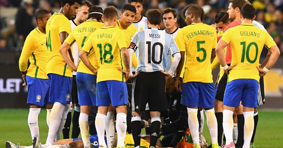 Gabriel Jesus fica caído no chão depois de levar pancada durante Brasil x Argentina