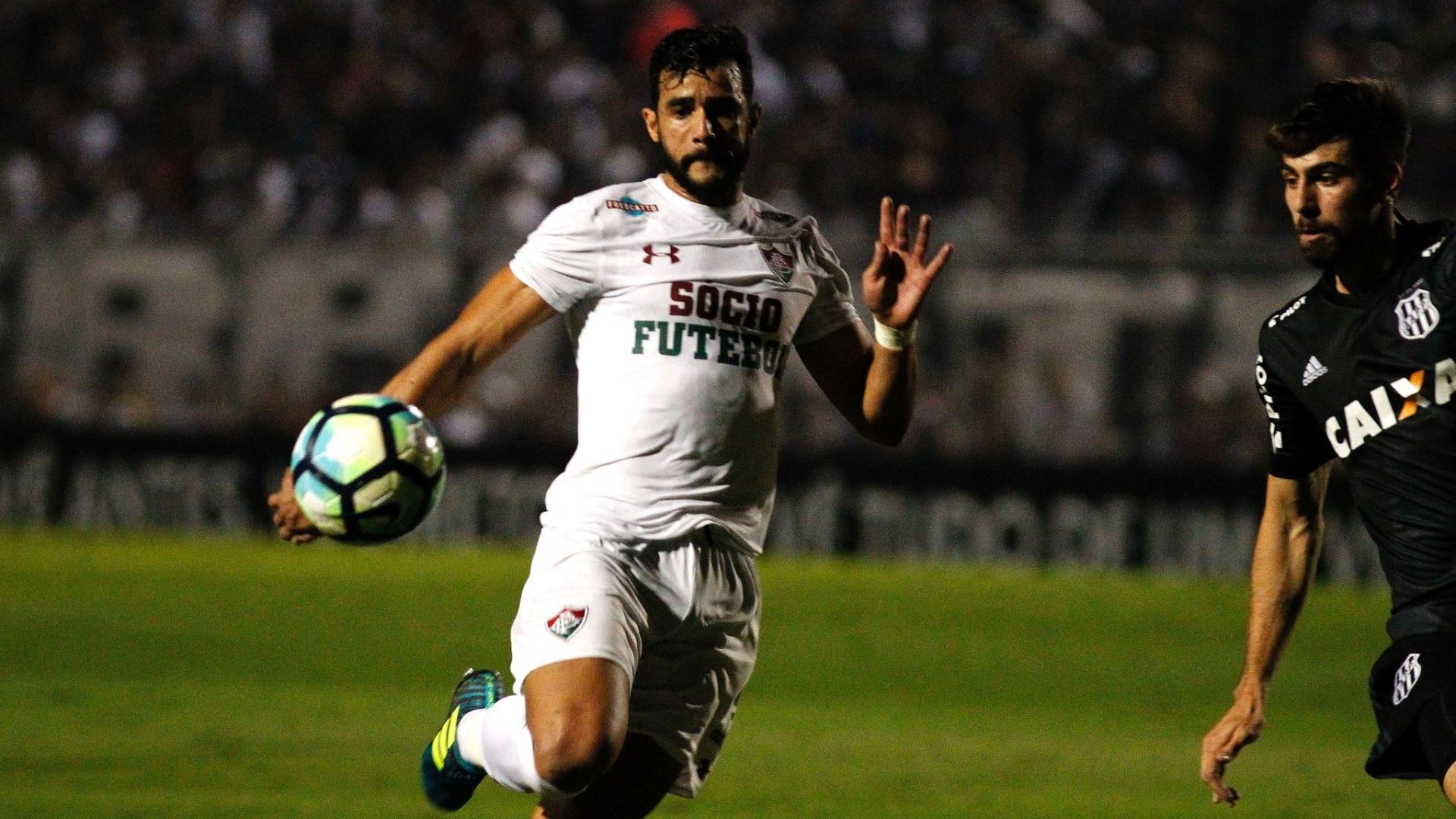 Henrique Dourado e Luan Peres disputam bola em Ponte Preta x Fluminense pelo Brasileirão