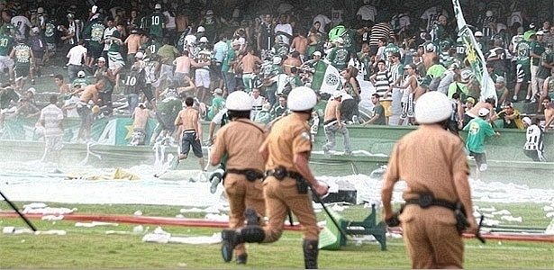 Torcida do Coritiba invade gramado após rebaixamento no Brasileiro de 2009