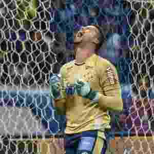 Goleiro Fabio comemora após defender cobrança de pênalti de Diego - André Yanckous/AGIF