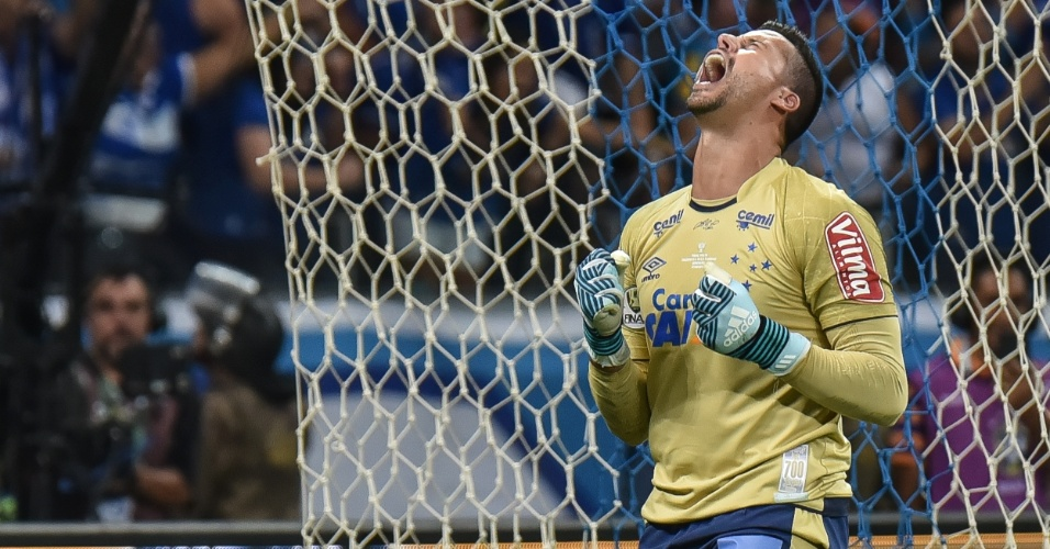 Goleiro Fabio comemora após defender cobrança de pênalti de Diego
