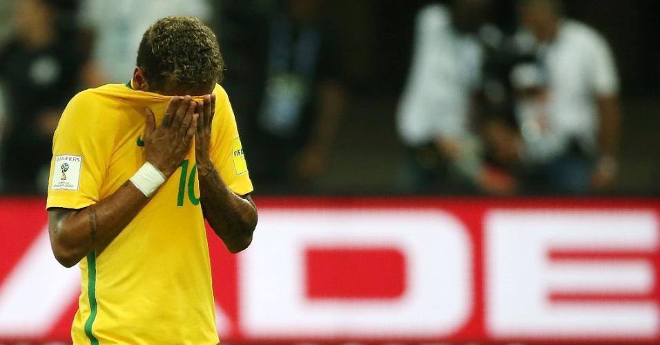 Neymar lamenta chance perdida no jogo do Brasil contra o Chile nas Eliminatórias