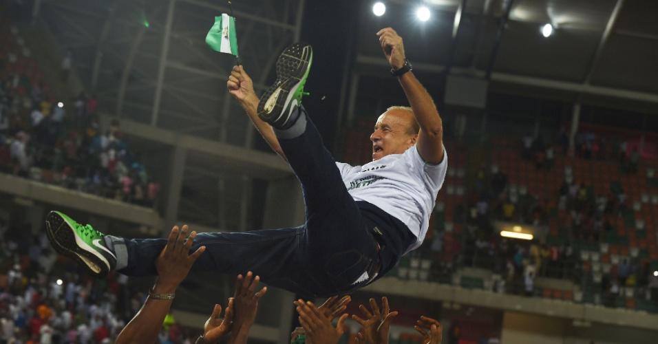 Técnico Gernot Rohr é jogado para o alto após a Nigéria conseguir a vaga na Copa