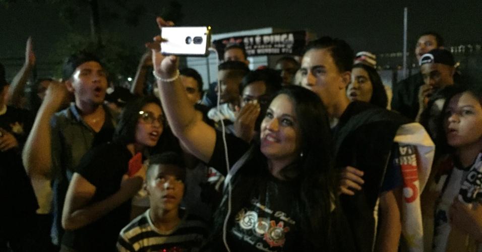Natacha foi ao estádio do Corinthians mesmo sem ingresso e viu jogo do celular