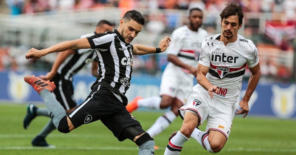 Observado por Rodrigo Caio, Rodrigo Pimpão no jogo entre São Paulo e Botafogo