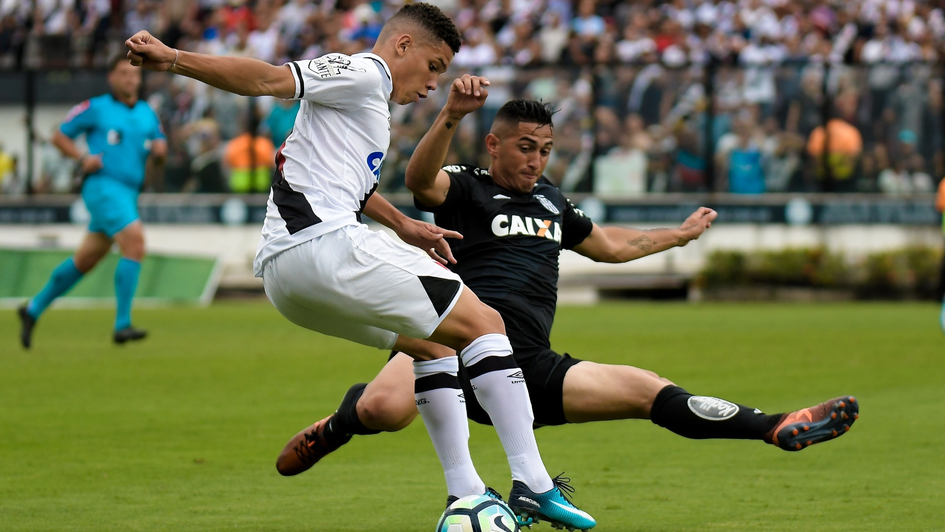 Paulinho, do Vasco, disputa bola com Danilo, da Ponte Preta