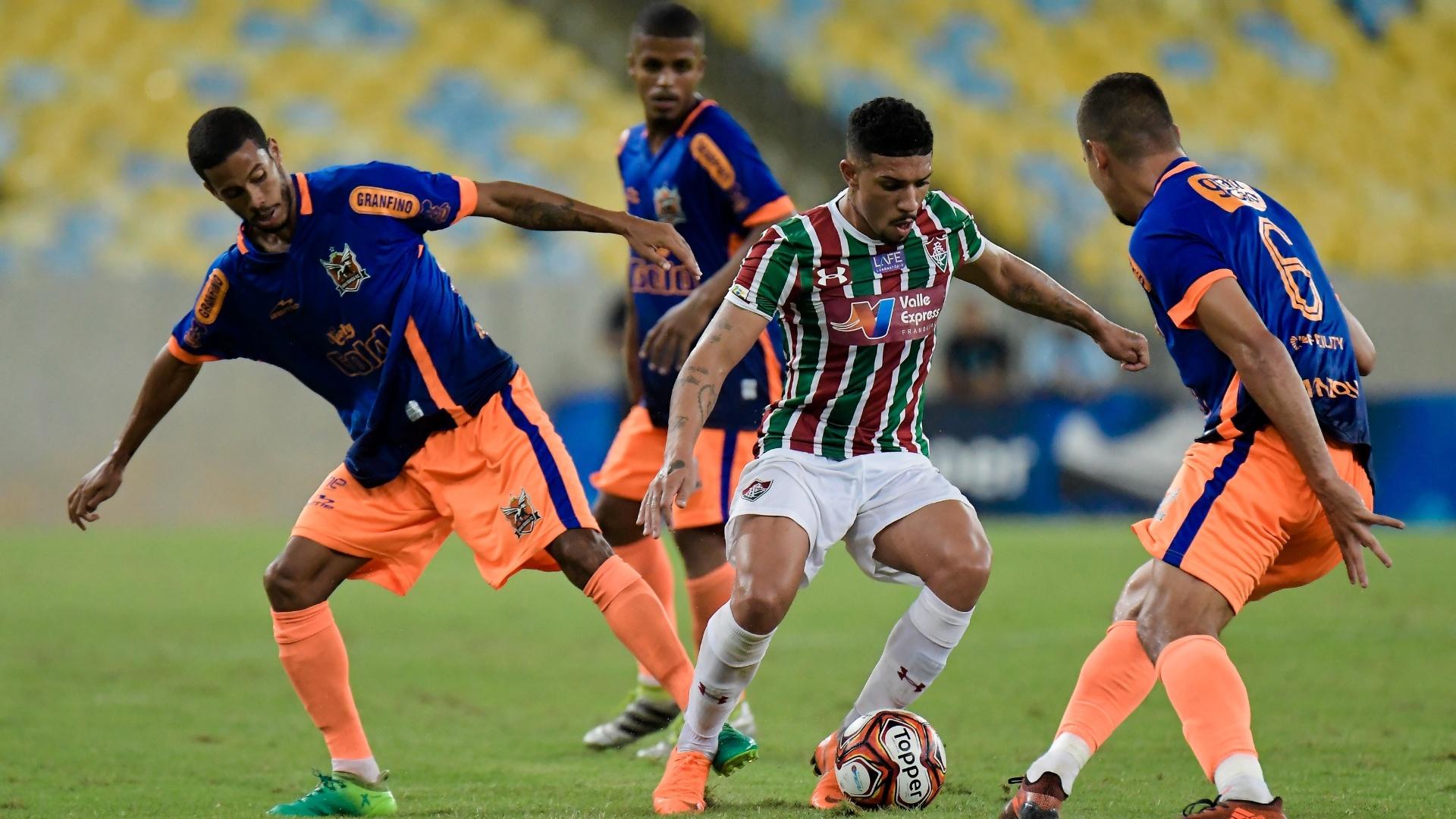 O volante Douglas em lance da partida entre Fluminense e Nova Iguaçu