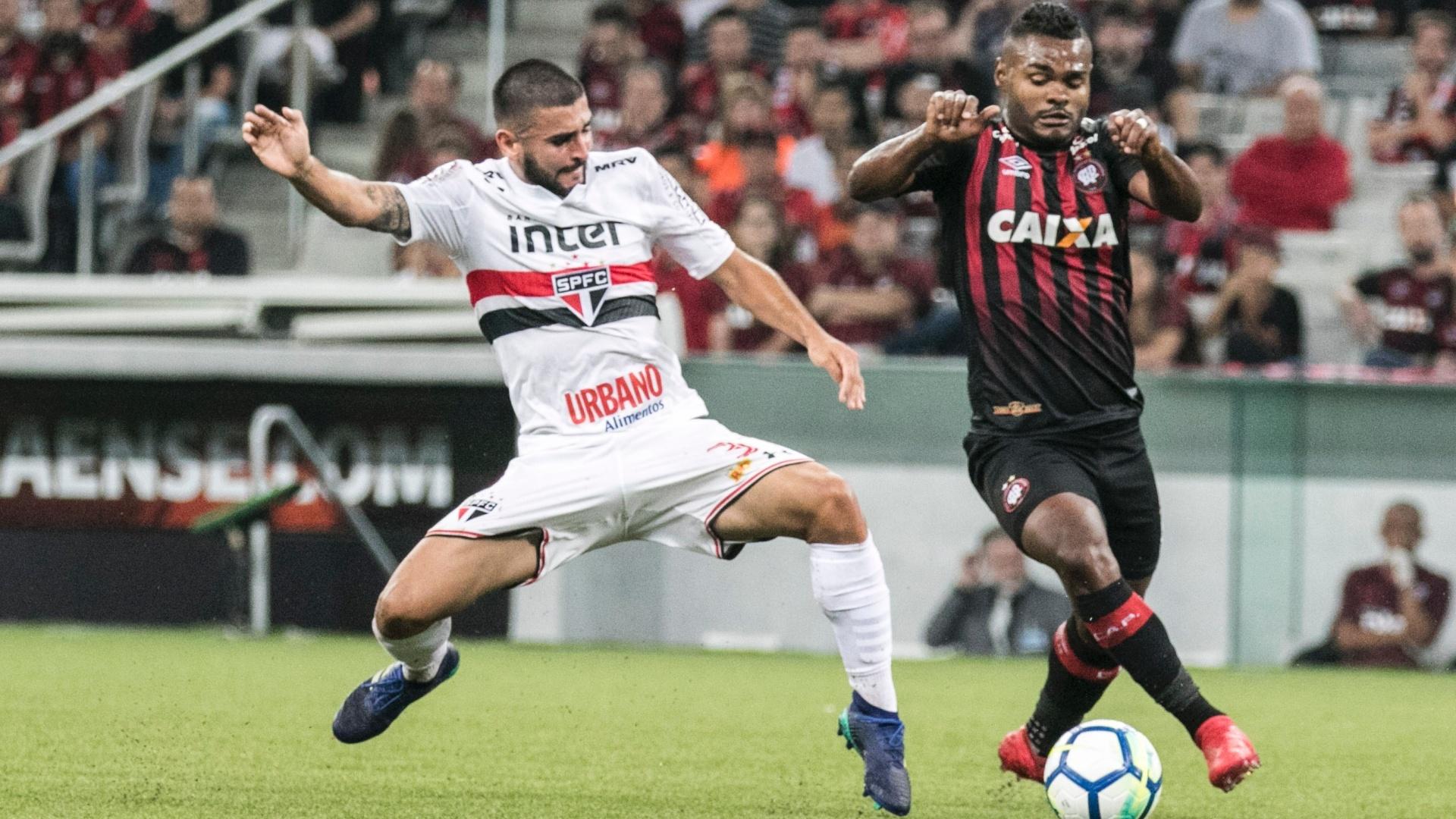 Nikão passa pela marcação de Liziero no jogo entre Atlético-PR e São Paulo, pela Copa do Brasil