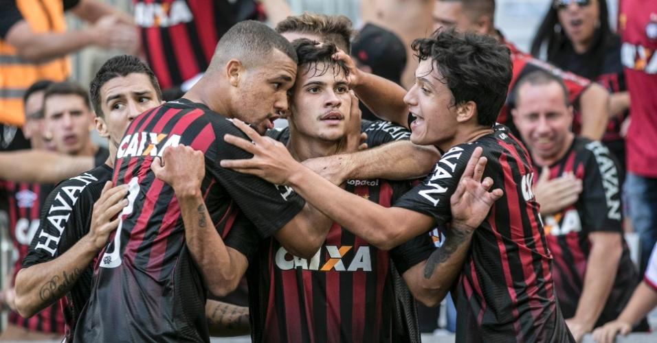 Bruno Guimarães comemora gol do Atlético-PR sobre o Coritiba