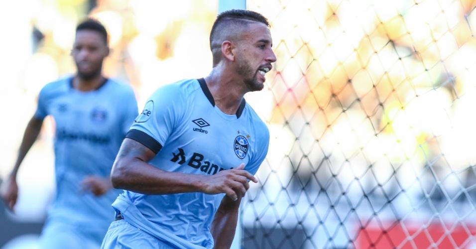 Michel comemora gol para o Grêmio em jogo contra o Botafogo pelo Campeonato Brasileiro