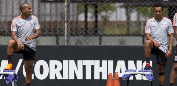 Emerson Sheik treinou na formação titular do Corinthians