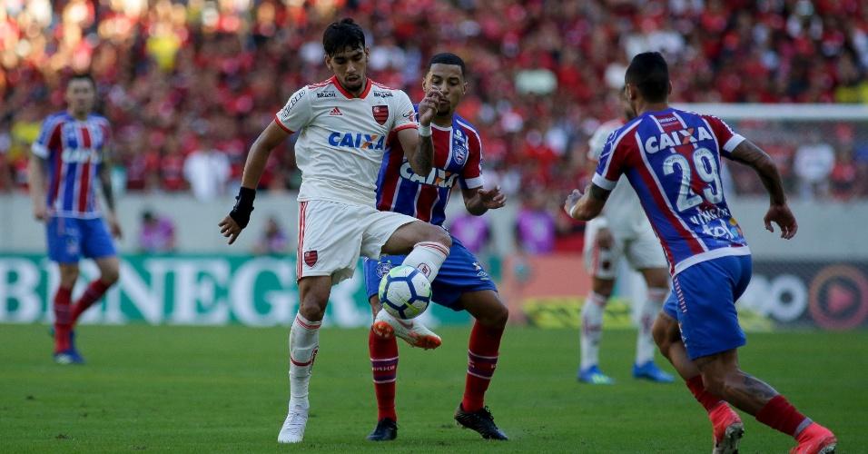 Lucas Paquetá disputa bola no jogo entre Flamengo e Bahia