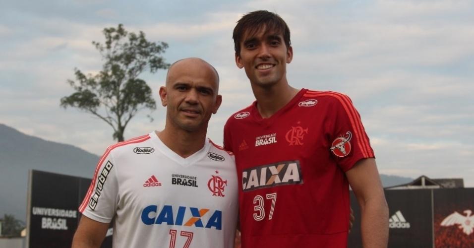 O goleiro César (d) e o amigo preparador José Jober no treino do Flamengo