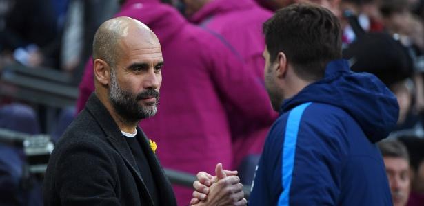 Guardiola e Pochettino se cumprimentam após jogo do Campeonato Inglês - Shaun Botterill/Getty Images