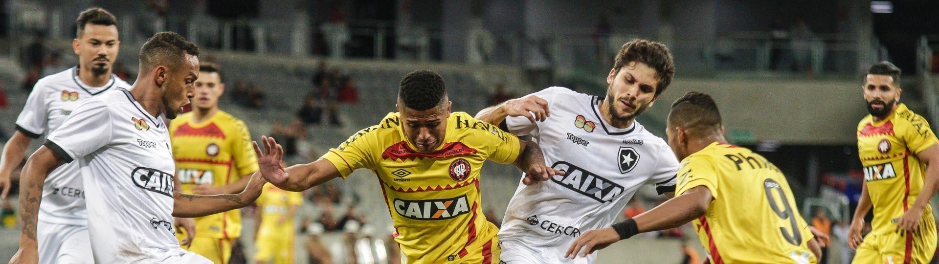 Bergson e Igor Rabello disputam bola durante a partida entre Atlético-PR e Botafogo