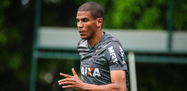 Leonardo Silva em treino do Atlético-MG; clube deve renovar contrato do zagueiro