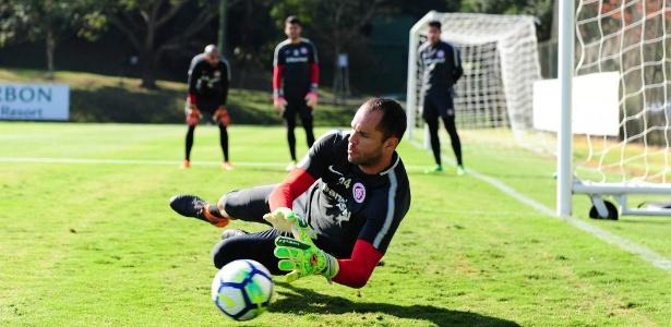 Marcelo Lomba faz defesa sob olhar de Danilo, Keiller e Daniel em treino do Inter