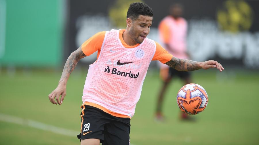 Bruno, lateral direito do Inter, levou a pior em treinamento do time em Porto Alegre - Ricardo Duarte/Inter