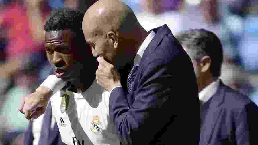 Vinicius Júnior conversa com Zidane antes de entrar em campo - JAVIER SORIANO/AFP