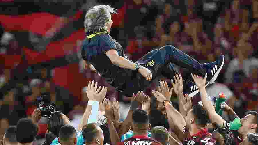 Jogadores do Flamengo celebram título brasileiro com o técnico Jorge Jesus - Wagner Meier/Getty Images