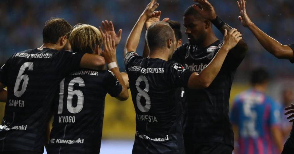 Andrés Iniesta cumprimenta brasileiro Dankler após gol do Vissel Kobe