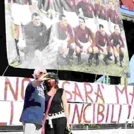 4.mai.2020 - Torcedores do Torino tiram foto em frente ao Stadio Filadelfia em Turim, no norte da Itália - Alberto Gandolfo/Pacific Press/LightRocket via Getty Images