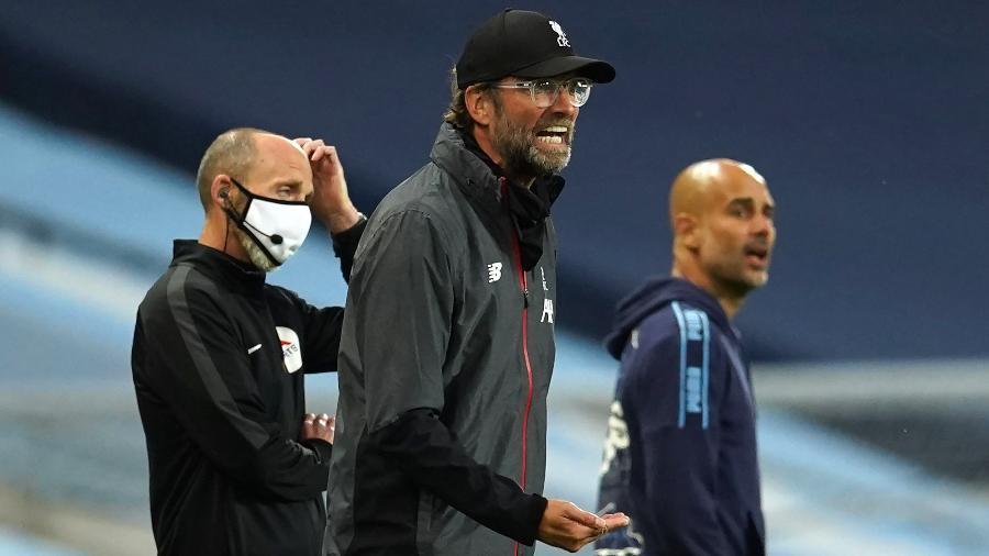 Klopp dá instruções aos jogadores do Liverpool durante derrota do recém-campeão para o Manchester City, de Guardiola - Dave Thompson/Pool via Getty Images