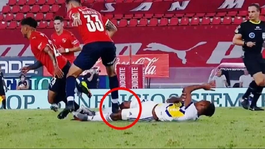 Zagueiro do Independiente, Insaurralde pisa em Villa, atacante do Boca - Reprodução TV