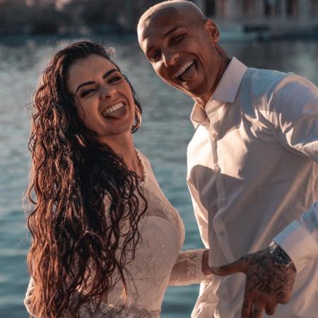 Deyverson anunciou em suas redes sociais o casamento com Karina Alexandre - Reprodução/Instagram