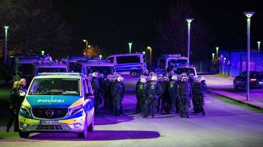 Policiais esperam saída do Shalke 04 após atletas do time serem confrontados com agressões - picture alliance/dpa/picture alliance via Getty I