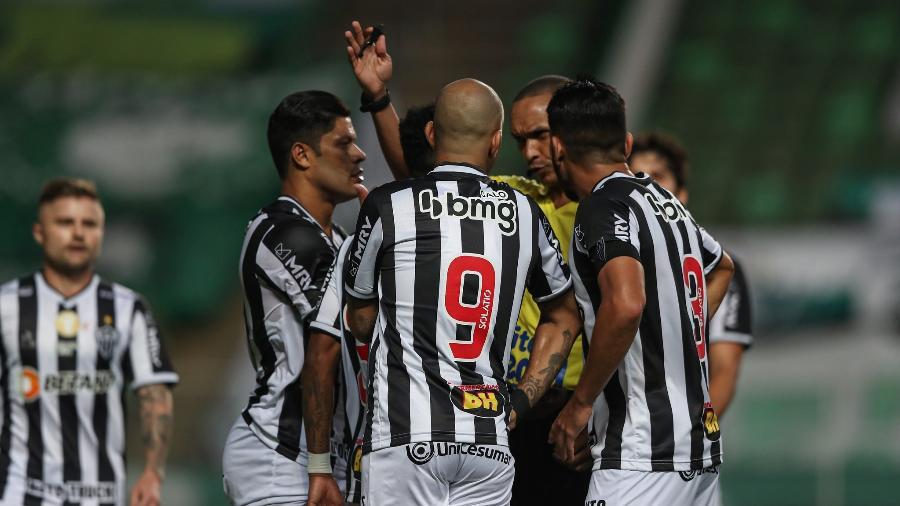 Jogadores do Atlético-MG questionam árbitro Wanderson Alves de Souza no clássico da final - Pedro Souza/Atlético