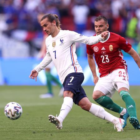 Griezmann briga pela bola durante França x Hungria, pela Eurocopa - Alex Pantling/Getty Images