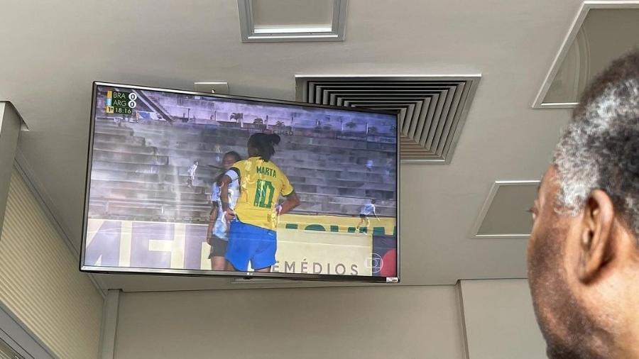 Internado, Pelé assiste ao jogo entre Brasil e Argentina no futebol feminino - Instagram