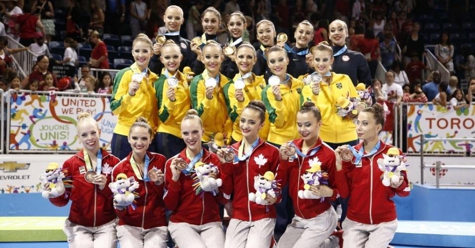 Sextetos de Estados Unidos, Brasil e Canadá exibem as medalhas de ouro, prata e bronze, respectivamente, conquistadas na final com arcos e maças da ginástica rítmica