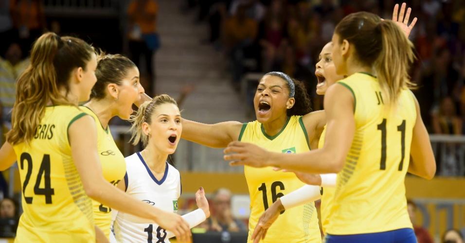 Brasileiras comemoram ponto marcado contra os EUA, no Pan de Toronto