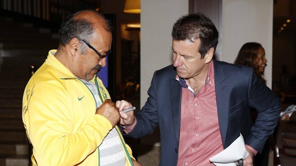 Dunga atende fã e dá autógrafo no desembarque no hotel que a seleção brasileira ficará em São Paulo