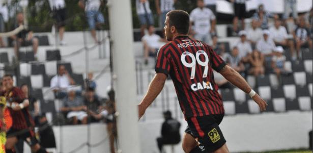André Lima comemora um de seus gols em sua estreia pela Atlético-PR