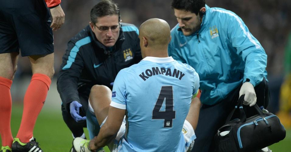 Zagueiro belga do City, Kompany saiu lesionado no começo da partida contra o Dínamo. O jogador tem tido problemas físicos recorrentes na temporada