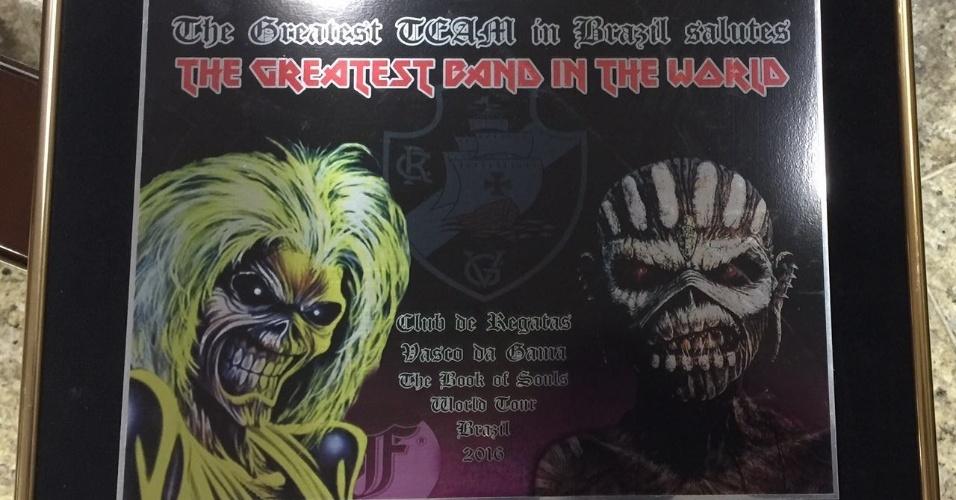 """Placa ao Iron Maiden com a frase em inglês """"o maior time do Brasil saúda a maior banda do mundo"""""""