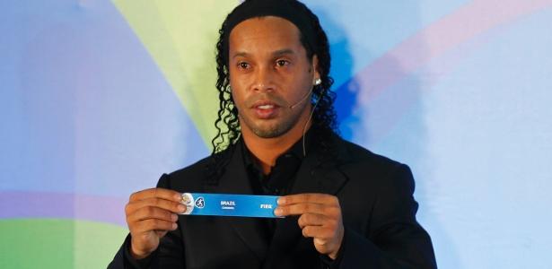 Ronaldinho com o papel contendo o nome do Brasil - Julio Cesar Guimarães/UOL