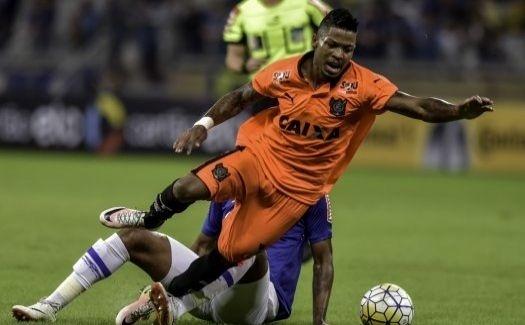 Marinho é derrubado durante a partida entre Vitória e Cruzeiro