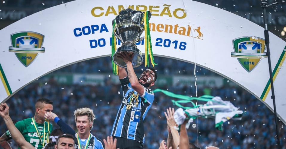 Maicon levanta a taça de campeão da Copa do Brasil