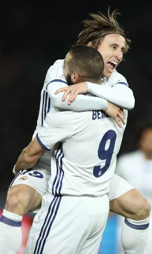 Benzema e Modric comemoram o primeiro gol do Real Madrid contra o Kashima Antlers