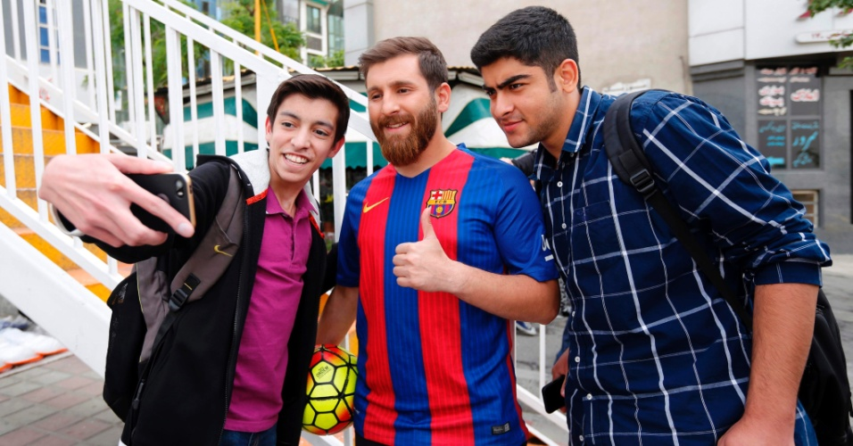 Sócia de Lionel Messi tira fotos com fãs nas ruas de Teerã