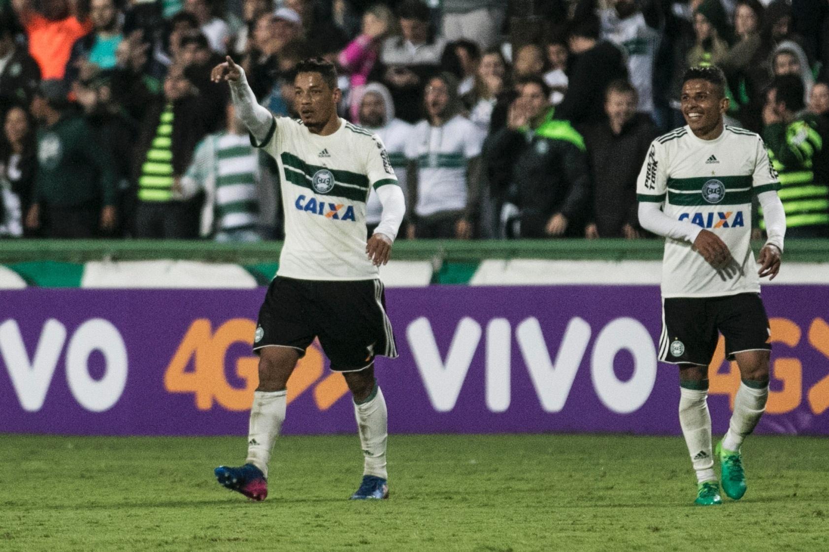 Tomas Bastos, do Coritiba, comemora gol contra o Atlético-GO