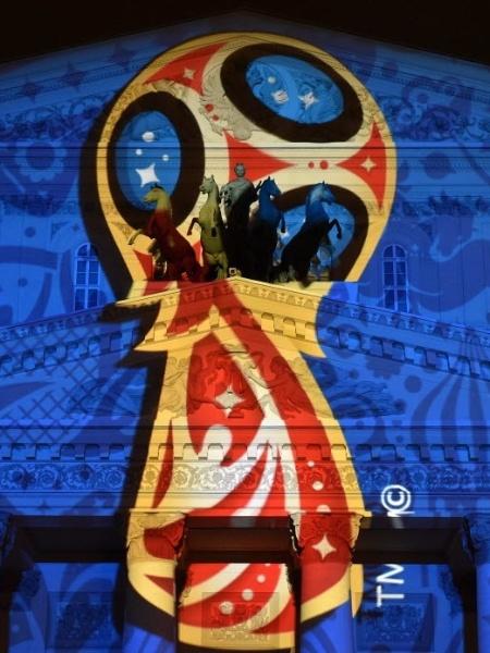 aça da Copa do Mundo estampa a fachada do icônico Teatro Bolshoi, na Rússia - KIRILL KUDRYAVTSEV / AFP