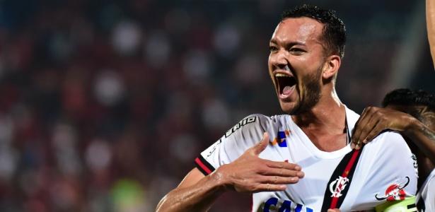 O capitão Réver está de volta ao time do Flamengo na partida contra o Santos - Thiago Ribeiro/AGIF