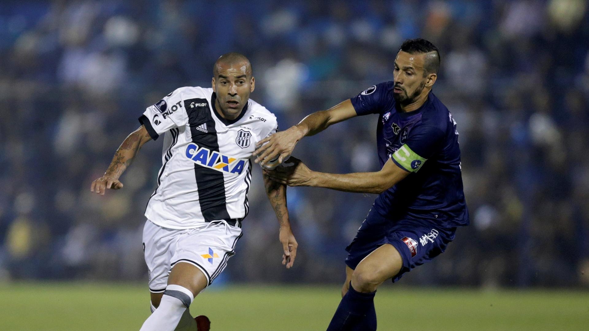 Emerson Sheik disputa bola com Mareco em Sol de America x Ponte Preta pela Copa Sul-Americana