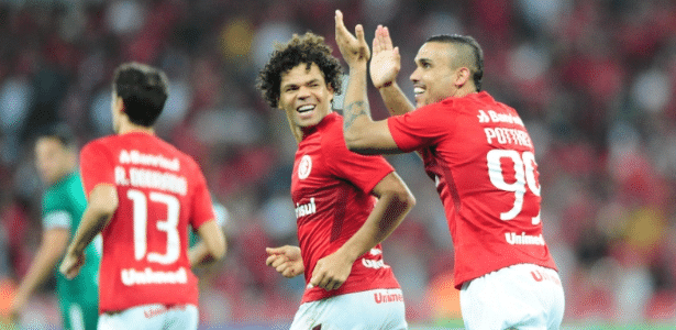 Camilo e Willian Pottker comemoram gol do Internacional contra o Goiás
